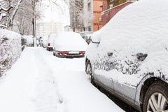 Coche cubierto con nieve en el estacionamiento después de una tormenta Fotos de archivo