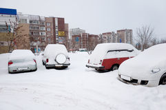 Coche cubierto con nieve. Moscú Rusia Foto de archivo