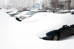 Coche cubierto con nieve. Moscú Rusia Fotos de archivo