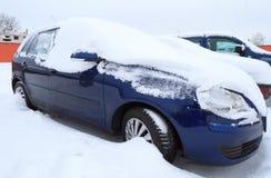 Coche cubierto por las nevadas fuertes Fotografía de archivo libre de regalías
