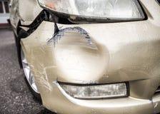 Coche dañado después de un accidente durante las fuertes lluvias imagenes de archivo