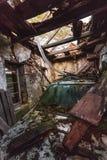 Coche dañado en caban de madera viejo Foto de archivo libre de regalías
