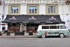 Coche de Adversiting/mini furgoneta, con un patrocinador de Bacardi Localizado delante de un club llamó Bacardi barra central fotos de archivo libres de regalías