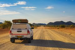 coche de alquiler 4x4 equipado de una tienda del tejado que conduce con Damaraland en Namibia imágenes de archivo libres de regalías