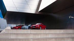 Coche de BMW delante del museo de BMW Imagenes de archivo