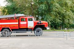 Coche de bomberos al rescate Foto de archivo libre de regalías