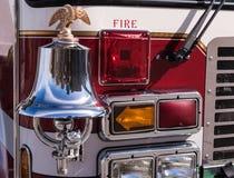 Coche de bomberos Bell, Eagle, perro de Bull y luces Imágenes de archivo libres de regalías