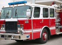 Coche de bomberos de los bomberos americanos listos para las emergencias Imágenes de archivo libres de regalías