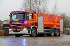 Coche de bomberos de Scania P360 en el fuego de la planta del cemento Fotos de archivo