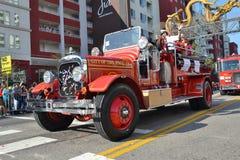 Coche de bomberos del vintage durante 117o Dragon Parade de oro Imagen de archivo libre de regalías