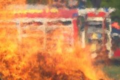Coche de bomberos detrás de una pared del fuego Imagenes de archivo
