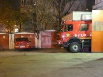 Coche de bomberos en acometida metrajes