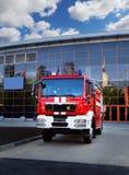 Coche de bomberos en acometida Foto de archivo