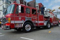 Coche de bomberos en acometida Fotos de archivo