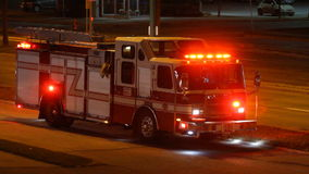 Coche de bomberos en acometida almacen de metraje de vídeo
