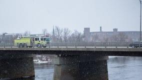Coche de bomberos en día que nieva Imagen de archivo