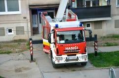 Coche de bomberos en la acción, alguna casa de Iveco Eurocargo en fondo Fotos de archivo libres de regalías