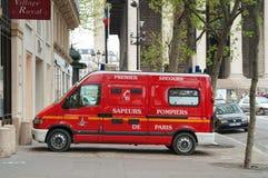 Coche de bomberos en la calle de París, Francia Imagenes de archivo