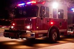 Coche de bomberos en la emergencia de la noche Foto de archivo libre de regalías