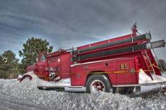 Coche de bomberos en la nieve Imagenes de archivo