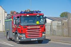 Coche de bomberos en su manera a un fuego Imagen de archivo