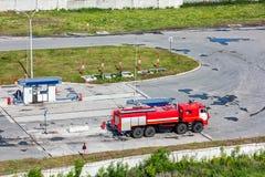 Coche de bomberos en una gasolinera Imagen de archivo libre de regalías