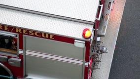 Coche de bomberos parado en el camino almacen de video