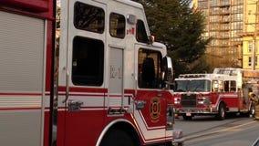 Coche de bomberos parado en el camino metrajes