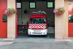 Coche de bomberos rojo en el hangar en una ciudad europea Fotografía de archivo libre de regalías