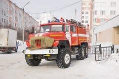 Coche de bomberos rojo listo para el rescate Fotos de archivo