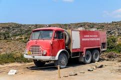 Coche de bomberos rojo viejo en Elafonisi el 17 de agosto de 2013 en Elafonisi Imágenes de archivo libres de regalías
