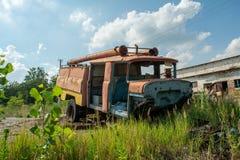 Coche de bomberos viejo abandonado durante verano en el pueblo olvidado perdido fotografía de archivo libre de regalías