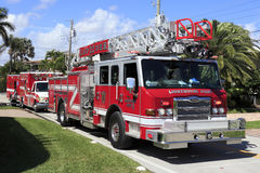 Coche de bomberos y dos ambulancias Fotografía de archivo