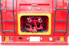 Coche de bomberos y manguera de bomberos roja del primer, fuego y rescate fotos de archivo libres de regalías