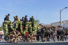 Coche de caballo con la gente en Rose Parade Imagenes de archivo