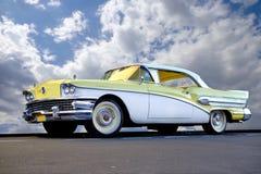 Coche de Cadillac del vintage debajo del cielo azul con las nubes fotos de archivo