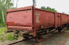 Coche de carga abierto del tren viejo y oxidado imagen de archivo