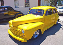 Coche de carreras amarillo clásico Imagen de archivo