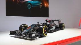Coche de carreras 2016 de Grand Prix de la fórmula 1 de McLaren-Honda MP4-31 almacen de metraje de vídeo