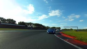 Coche de carreras en un circuito de carreras almacen de metraje de vídeo