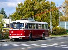 Coche de carretilla rojo viejo Skoda 9Tr en el término de autobuses Imágenes de archivo libres de regalías