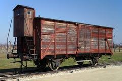 Coche de carril usado para transportar a presos a Auschwitz-Birkenau durante holocausto Fotos de archivo