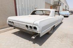 Coche 1964 de Chevrolet Impala dejado en la ruina que necesita la restauración Imagen de archivo libre de regalías
