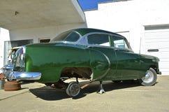 Coche 1954 de Chevy que tiene reparación del neumático y de la primavera fotografía de archivo libre de regalías