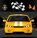 Coche de competición amarillo de la calle con la bandera a cuadros del deporte Imagen de archivo