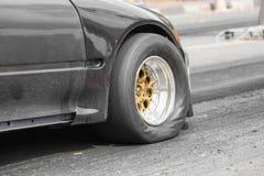 Coche de competición de la fricción de la impulsión de rueda delantera en la línea del comienzo imagenes de archivo