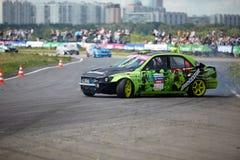 Coche de competición en la pista de la pista de Moscú imagen de archivo