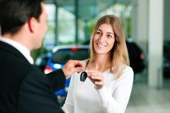 Coche de compra de la mujer - clave que es dado Imagen de archivo libre de regalías