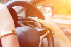 Coche de conducción femenino Imagenes de archivo