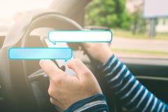 Coche de conducción femenino y el mandar un SMS en smartphone con las burbujas del discurso Fotos de archivo libres de regalías